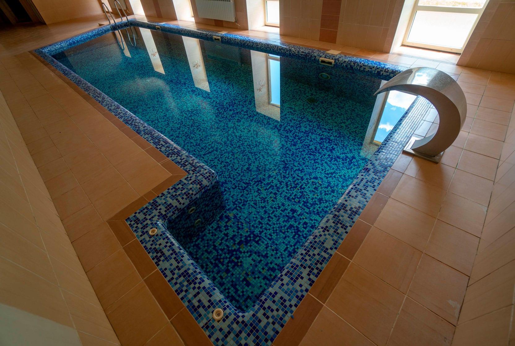 Крытый бассейн с подогревом туркомплекса Эдельвейс